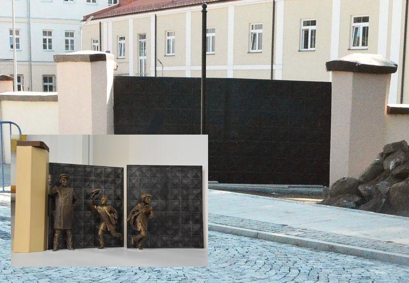 Brama przy LO w Pułtusku - Miejsce powstania scenki