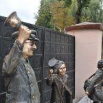 Rzeźby przed budynkiem Liceum Ogólnokształcącego im. Piotra Skargi w Pułtusku